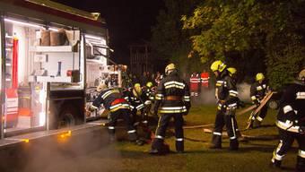 Die Feuerwehr Sarmenstorf musste an der Hauptübung ein brennendes Auto löschen und die Schaulustigen auf Abstand halten.