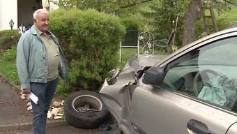 Am Sonntag krachte ein 75-Jähriger frontal in ein Postauto. Der Unfallverursacher ist ein Ex-Car-Chauffeur. Er will den Führerschein nicht abgeben.