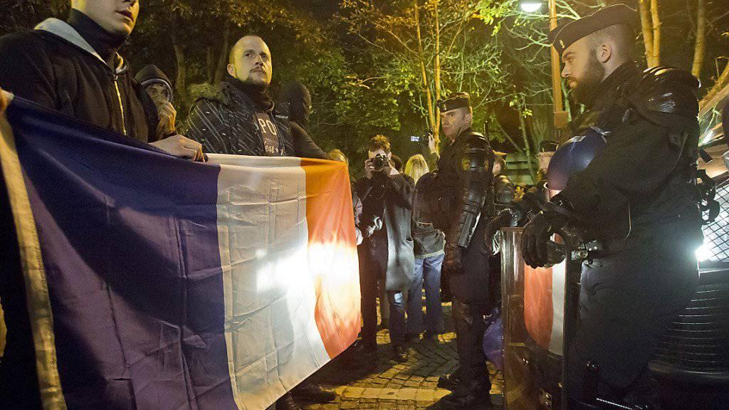 In Paris stehen sich Polizeibeamte gegenüber - links die Demonstrierenden, rechts jene im Einsatz
