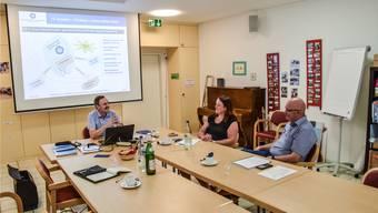 Mike Lauper, Präsident des Altersheimvereins, Geschäftsleiterin Marianne Busslinger und Projektleiter Manfred Breitschmid präsentieren das neue Konzept. To