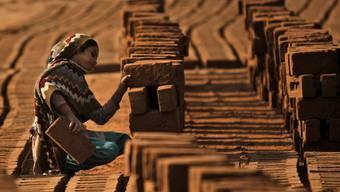 Viele der Steine, die vor allem im Strassenbau verwendet werden, stammen aus Ländern, wo auch Kinder in den Steinbrüchen arbeiten.