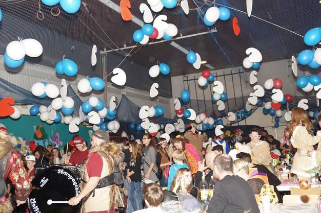 Die Halle ist mit Ballons und Schlümpfen bunt dekoriert.