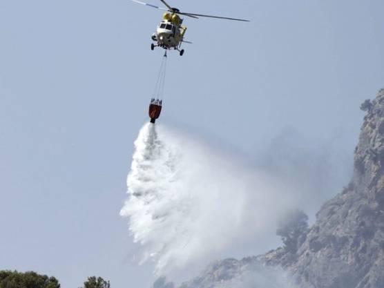 Brandbekämpfung aus der Luft über Mallorca