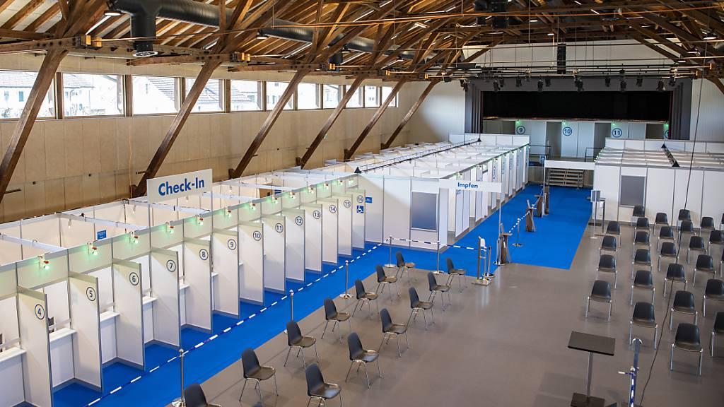 Das neue Impfzentrum in der Festhalle Willisau LU wenige Tage vor der Inbetriebnahme vom Montag. Am ersten Tag hatten dort über 300 Personen einen Impftermin erhalten. (Archivaufnahme)