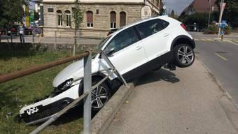 Une jeune femme s'est trompée de pédale et a détruit son véhicule.