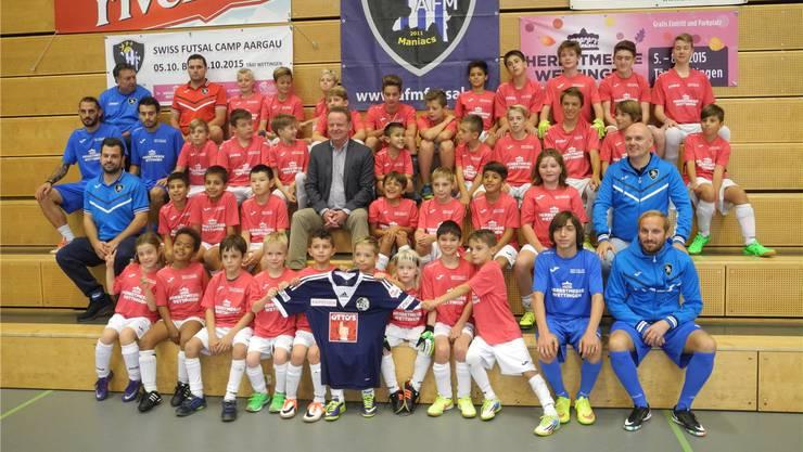 Ein Trainer-Star zum Anfassen: Rolf Fringer (Mitte) besuchte am Donnerstag das Swiss Futsal Camp in Wettingen und stand den Kindern Red und Antwort.