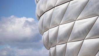 Die Arena des FC Bayern München wird einstweilen keine Fans beherbergen - aber immerhin soll wieder gespielt werden