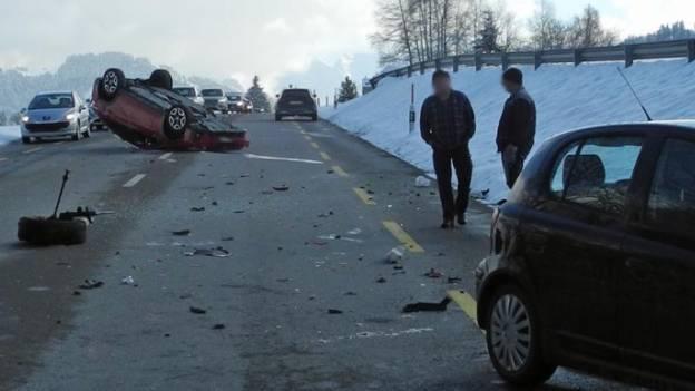Auto landet nach Auffahrunfall auf dem Dach