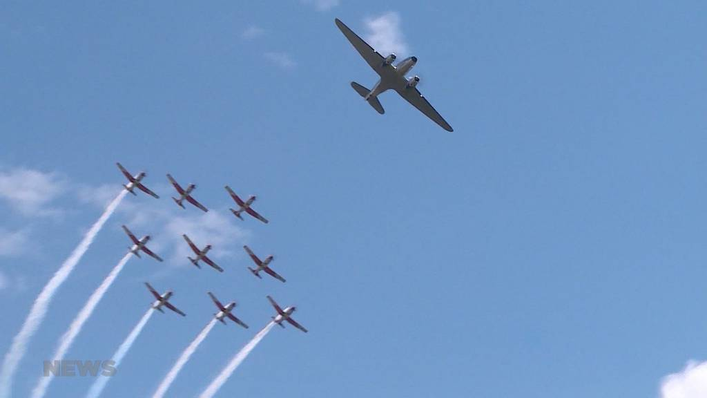 Premiere in Grenchen: PC-7 Team hebt erstmals mit DC-3 Formation ab