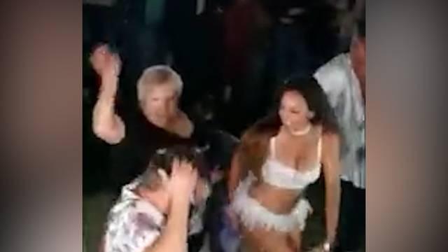 Ehefrau unterbricht Tanz mit Stripperin
