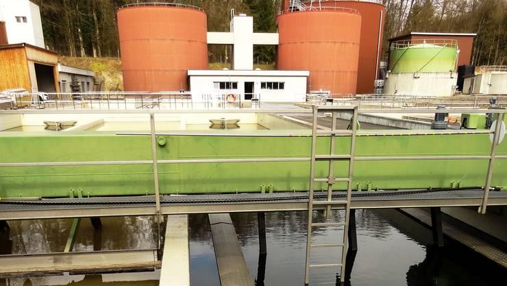 Die Abwasserreinigungsanlage in Bremgarten mit den 2015 sanierten Klärbecken im Vordergrund, hinten der Gebläseraum sowie die Schlammstapler mit Gasometer.