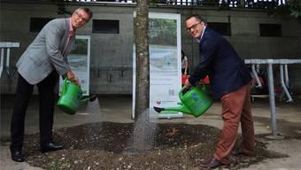 Regionalwerke-Geschäftsleiter Christoph Umbricht (l.) und Stadtrat Roger Huber an der Geschenkübergabe.