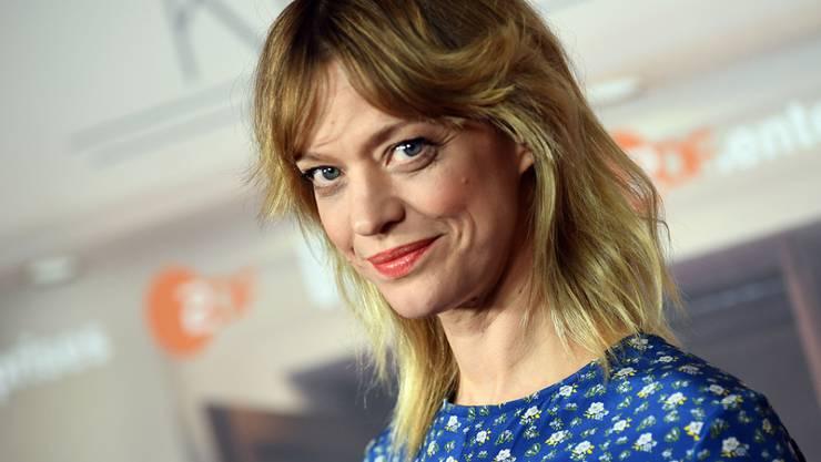 Schauspielerin Heike Makatsch hält Abstand vom Fernseher. (Archiv)