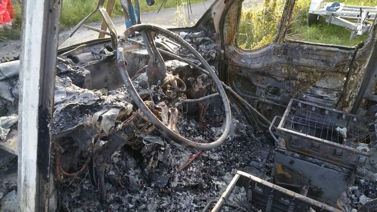 Das Innere des abgebrannten Fahrzeugs.
