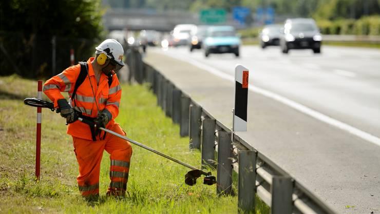 Um den Betriebsunterhalt der Nationalstrassen kümmern sich die Angestellten der elf sogenannten Gebietseinheiten. Laurent Gillieron/Keystone