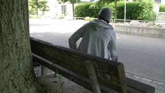 Der 19-Jährige auf der Sitzbank in Suhr, wo er das Opfer des Schlägers wurde. (Michael Spillmann)