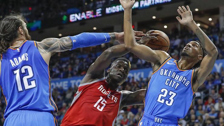 Center Clint Capela (Nr. 15) von den Houston Rockets erkämpfte sich gegen die Verteidiger von Oklahoma City Thunder 17 Punkte