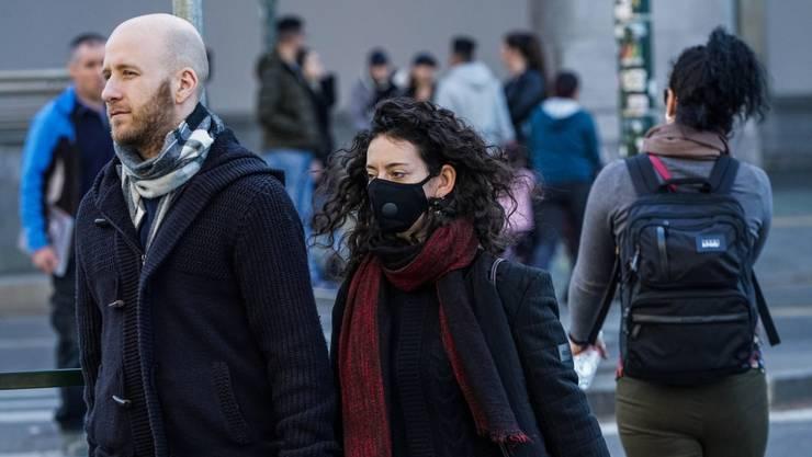 In Italien versuchen sich die Menschen vor dem Coronavirus zu schützen. Die Behörden erwarten, dass das Virus bald auch im Tessin auftaucht.