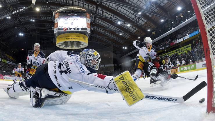 Zugs Goalie Tobias Stephan lässt sich beim Gipfeltreffen in Bern nicht bezwingen.