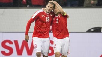 Eren Derdiyok, der Torschütze zur 1:0-Führung gegen die Färöer, lässt sich von Stephan Lichtsteiner feiern