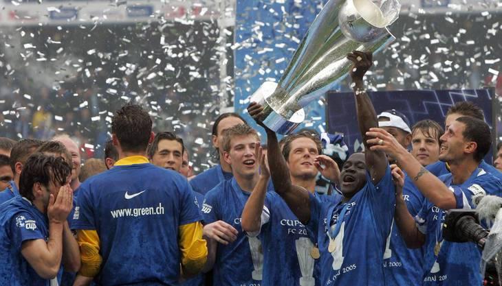 Der FC Luzern kann es noch nicht glauben: Vor 33'433 Zuschauern holen sie sich den Cuppokal mit einem 3:1-Sieg gegen den FC Zürich.