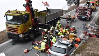 Rettung mit Kran: Um eingeklemmte Personen zu befreien, musste ein 1,5 Tonnen schwerer Fels mit dem Kran vom getroffenen Auto hochgehoben werden.