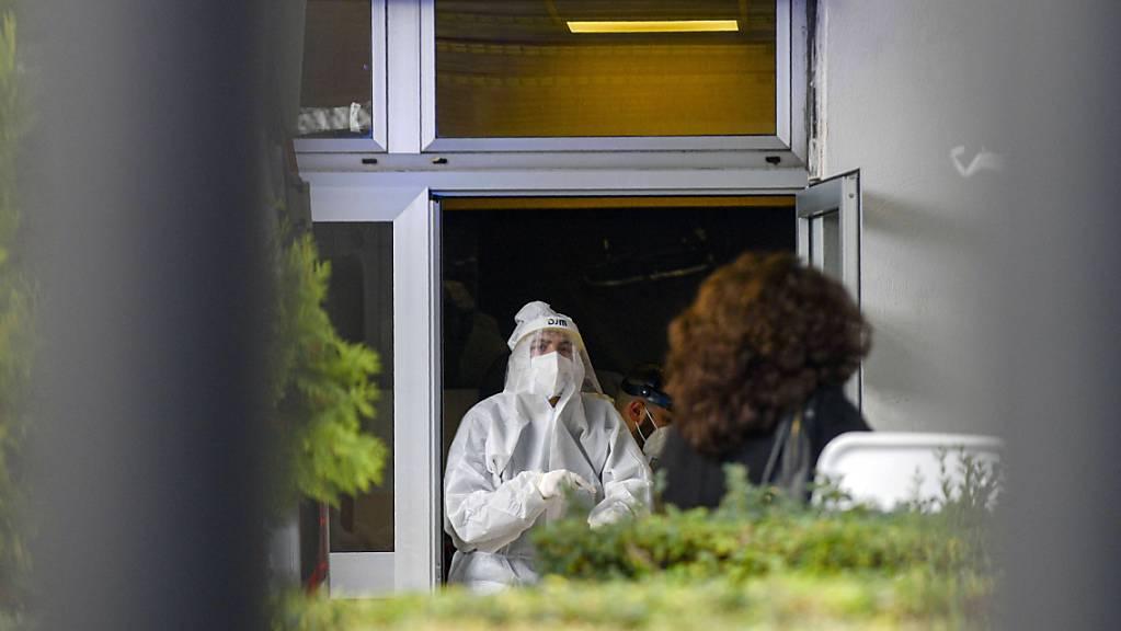 Medizinisches Personal in Schutzkleidung steht in der Notaufnahme des Cardarelli-Krankenhauses in Neapel an der Triage-Einteilung. Foto: Alessandro Pone/LaPresse/AP/dpa