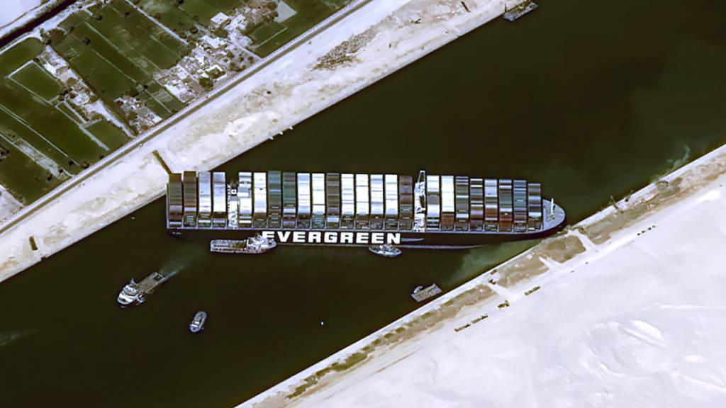 Da passt nichts mehr durch: Die Ever Given steckt im Suezkanal fest.