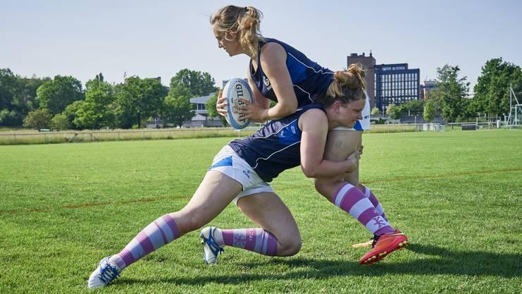 Simone Haymoz (ohne Rugbyball): «Klar, Rugby ist ein Körperkontaktsport. Und wenn man diesen als Frau ausübt, ist das für einige gewöhnungsbedürftiger als üblich.»
