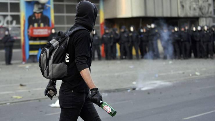 Ein Hooligan mit einer Bierflasche in der Hand. (Symbolbild)