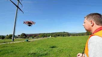 Flugroboter sucht die Mästen der Hochspannungs-Leitungen im Gäu ab