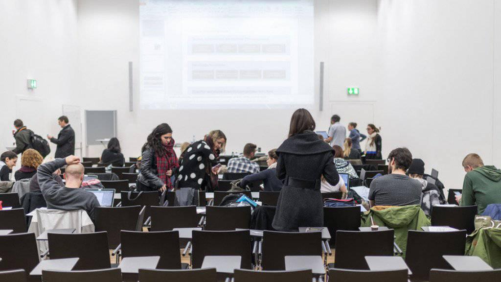 Die Schweizer Bevölkerung bildet sich immer häufiger weiter. Im letzten Jahr haben 63 Prozent der Menschen hierzulande an einer Weiterbildung teilgenommen. (Symbolbild)