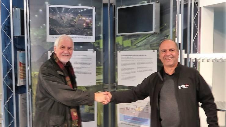 Übergabe des Ausstellungsmaterials durch SMDK-Geschäftsführer Benjamin Müller (rechts) an den Vizepräsidenten des Vereins Eisen und Bergwerke, Geri Hirt. zVg