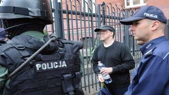 Die polnische Polizei eskortiert Fabrice A., den mutmasslichen Mörder von Adeline M., beim Verlassen des Gerichts in Szczecin. keystone