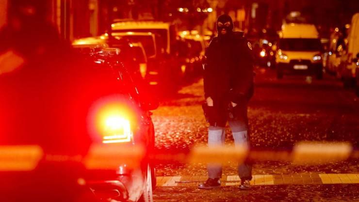 Ausnahmezustand in Belgien: Spezialeinheiten haben nach den Anschlägen von Paris 16 Personen vorübergehend festgenommen. Der Einsatz läuft weiter.