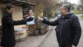 Benjamin Steiner empfängt die Gratulation des Badener Stadtammanns Markus Schneider.