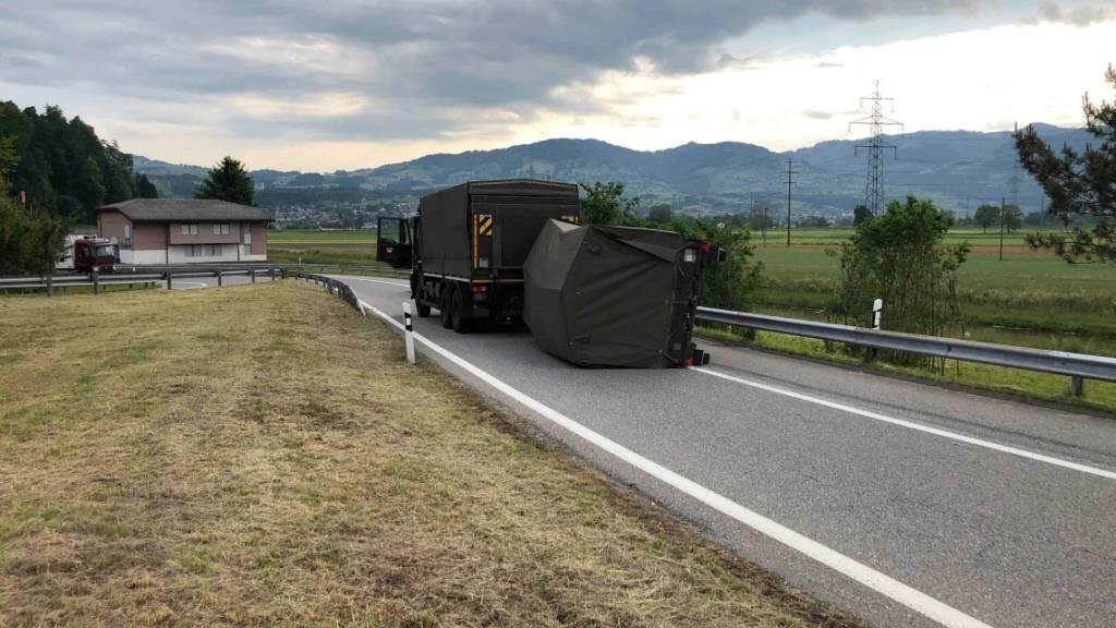 Lieferwagenlenker drängt Armeelaster ab – Anhänger kippt um