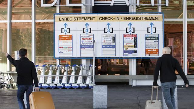 Passagiere am Terminal 1 des Flughafens Genf