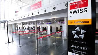 Gähnende Leere: Am Check-In der Fluggesellschaft Swiss steht niemand an, um sein Gepäck aufzugeben. (Nicole Nars-Zimmer)