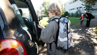 Die Fricktaler Schulleiter sehen es nicht gerne, wenn Eltern ihre Kinder mit dem Auto zur Schule chauffieren.