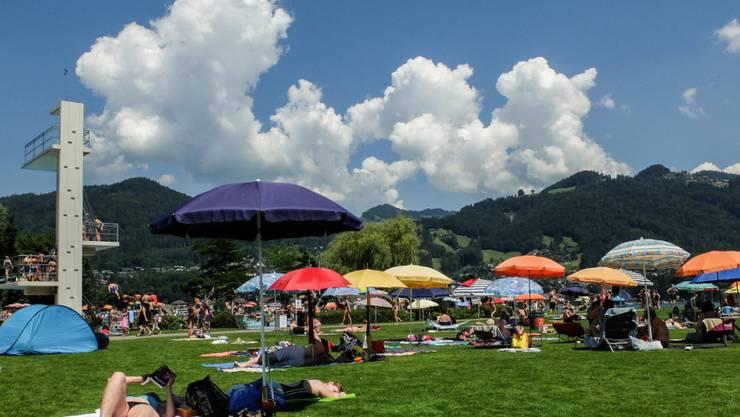 Badegäste geniessen das schöne Wetter im Strandbad in Thun. Freibäder sind Kulturgut in der Schweiz. Die meisten sind in die Jahre gekommen und sollten dringend saniert werden. Eine finanzielle Knacknuss für die Gemeinden.