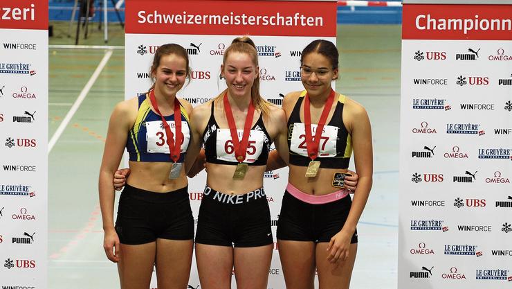 Lenja Heusser (Mitte) mit der Goldmedaille.