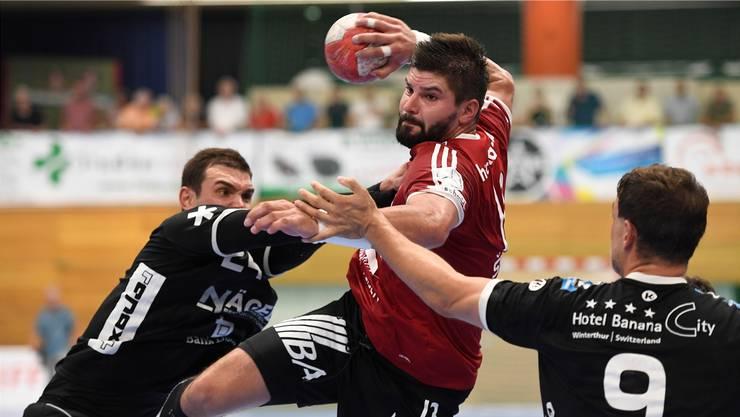 Milan Skvaril (Mitte) überzeugte gegen Wacker Thun mit insgesamt 16 Treffern.