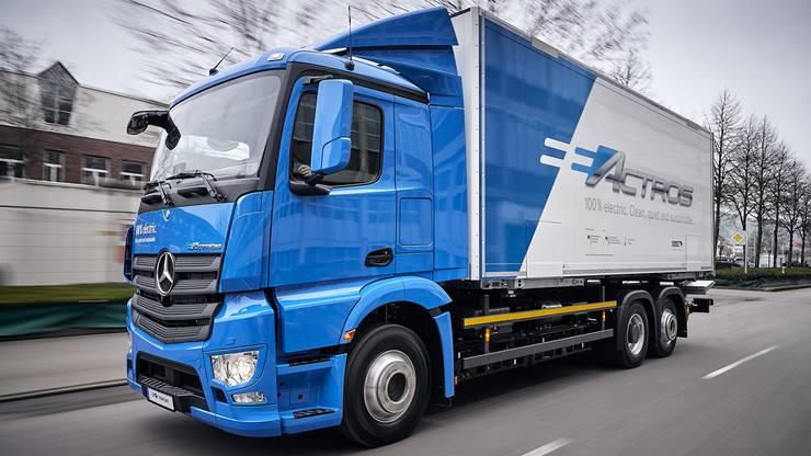 Die meisten Treibhausgasemissionen werden hierzulande weiterhin durch den Verkehr verursacht. Im Rahmen des CO2-Gesetzes plant der Bundesrat deshalb, dass die Schweiz die CO2-Grenzwerte für Neuwagen wie bisher analog der Europäischen Union regelmässig verschärft. Ab 2020 fallen auch Lieferwagen und leichte Sattelschlepper unter die Regelung. Damit soll die Effizienz der Benzin- und Dieselfahrzeuge gesteigert sowie der Anteil von Hybrid-und Elektroautos in der Schweiz erhöht werden. Zudem will die Landesregierung die Pflicht für Hersteller und Importeure fossiler Treibstoffe zur teilweisen Kompensation der CO2-Emissionen ausbauen. Die Einführung einer CO2-Abgabe auf Treibstoffe, wie es sie heute schon für Brennstoffe gibt, scheiterte in der Kommission am bürgerlichen Widerstand. Der Bund rechnet trotzdem mit steigenden Benzin- und Dieselpreisen durch die Massnahmen. (mbu)