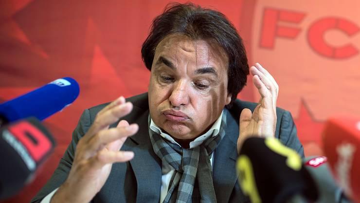 Constantin an der Medienkonferenz zu Prügelattacke gegen Rolf Fringer.
