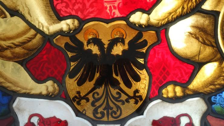 Der gläserne Doppeladler im Kreuzgang.