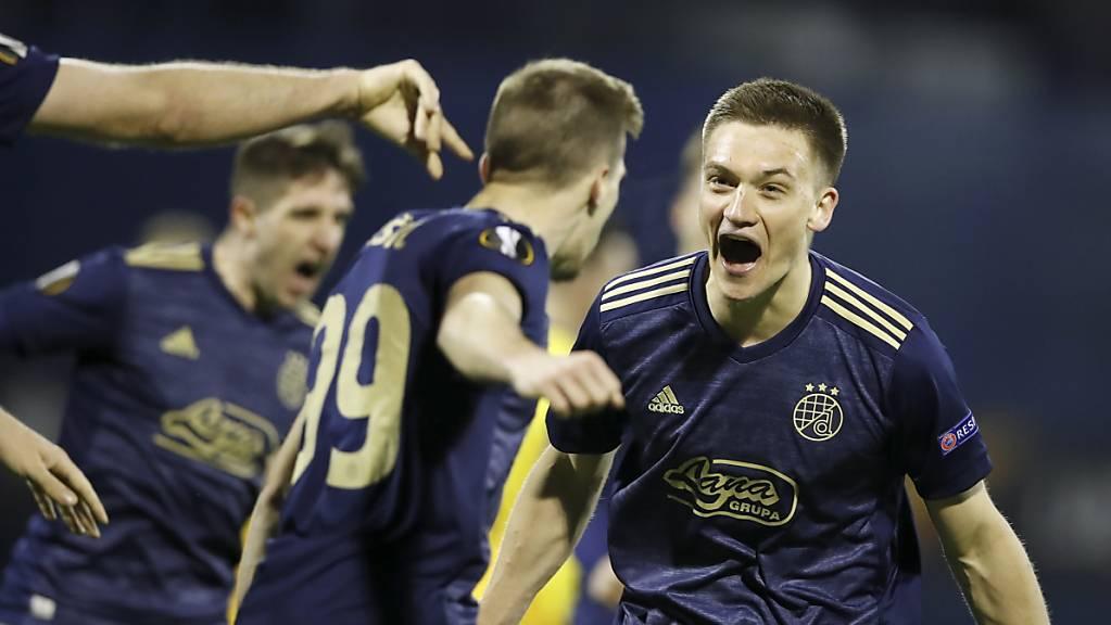 Der dreifache Torschütze Mislav Orsic (Mitte) und seine Gefährten von Dinamo Zagreb schreien die Freude heraus