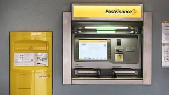 Nachts hob der Beschuldigte jeweils Geld vom Postkonto der Freundin ab, ohne dass sie es merkte.