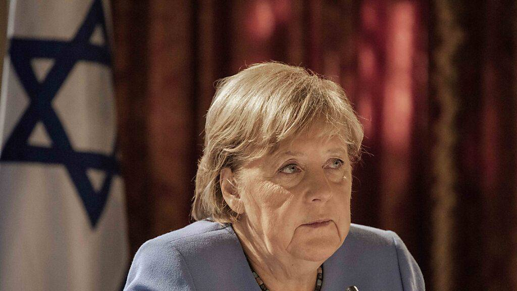 Die deutsche Bundeskanzlerin Angela Merkel (CDU) nimmt an einem Treffen mit Vertretern des Instituts für nationale Sicherheitsstudien (INSS) in Jerusalem teil. Bei dem Treffen sagte Merkel, Europa müsse nach dem US-Abzug aus Afghanistan die eigenen Sicherheitsinteressen klarer definieren.