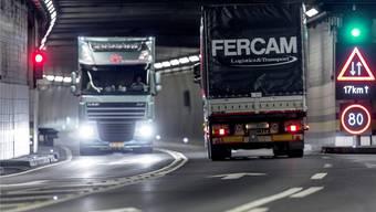 Heute kreuzen die Fahrzeuge im Gotthard in derselben Röhre. Mit dem Bau der zweiten Röhre würde der Verkehr in den Tunnels richtungsgetrennt geführt.